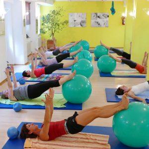 Frrauen Trainieren bei einem Pilates-Kurs in der Elternschule Pforzheim an einem Ball