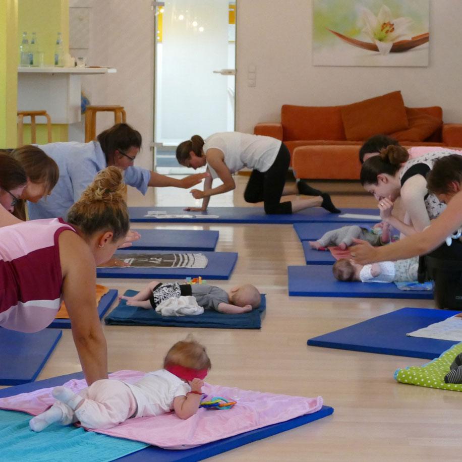 Mütter mit Ihrem Babys üben im Rückbildungskurs der Elternschule Pforzheim
