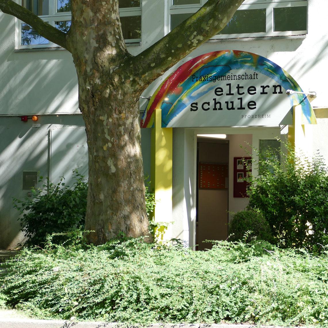 Das Bild zeigt den Eingang der Praxisgemeinschaft Elternschule Pforzheim